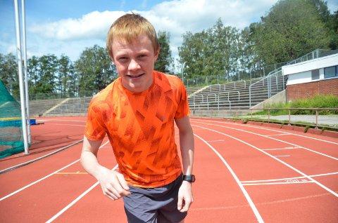 RASK TIL BEINS: Oskar Opstad Vike (15) satser mest på langrenn, men hevder seg også med løpeskoene på. Tidligere i sommer satte han ny kretsrekord på 2.000-meteren.