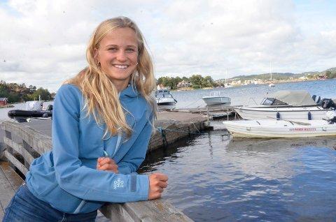 SKI OG BÅT: Nora Doksrød (15) satser på både langrenn og seiling, og har ingen planer om å kutte ut én av idrettene med det første. – Jeg liker begge idrettene like godt, sier Nora, som har vært mye på vannet i sommer.
