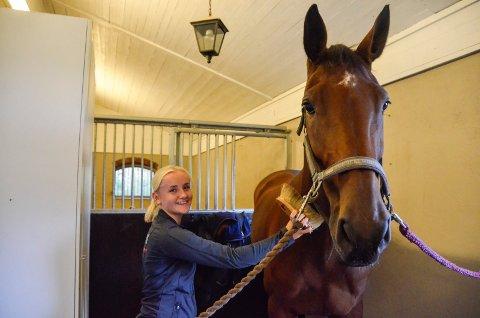GODE VENNER: Mille Malene Gjermundsen (18) har et helt spesielt forhold til sin hest, Decaday. - Hun er bestevennen min. Vi er et godt team, sier Mille Malene, som snart tar med seg hesten til Oslo Horse Show.