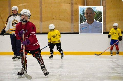 ØNSKER HJELMPÅBUD: Erik Rodhe er ansvarlig for hokeyskolen til Sandefjord Penguins. Han er bekymret for at ikke alle som oppholder  seg på isen må ha hjelm. ARKIVFOTO: Foto: Linda Nilsen