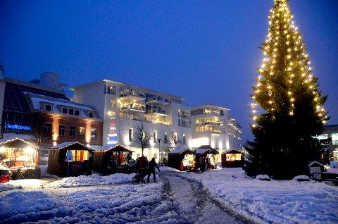 JULESTEMNING: Julegrana på Torvet blir tent i år også, men folkemassen uteblir. Nå er også årets julemarked avlyst.