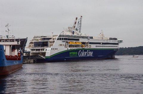 BLIR MÅLT: Alle passasjerer som skal reise med Color Line blir sjekket for feber før de går om bord. Foreløpig ligger rederiets ferjer i Sandefjord til kai.