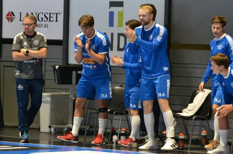 ADMINISTRATIV TABBE: Einar Veierød (t.v.) er ikke fornøyd med at klubben ikke fulgte opp overgangssaken til Jonas Myreng Elverhøy. Det førte til at 19-åringen spilte kamp mot Drammen da han var registrert som Elverum-spiller. Bildet er tatt i forbindelse med SHs kamp mot Runar i helgen.