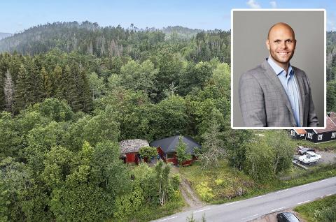 JOBBER I SOMMERFERIEN: Eiendomsmegler Jonas Madsen jobber hardt i sommerferien for å selge boliger. – Jeg har anbefalt flere kunder å forsøke å selge boligene sine nå i juli, sier han. Her er Sandefjords billigste objekt avbildet.
