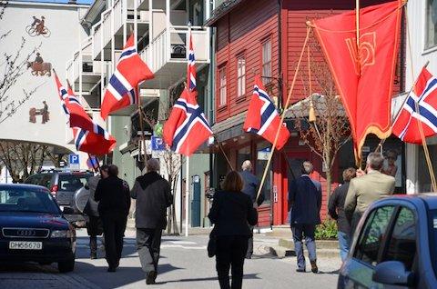 FLAGG: Fremst i toget var det mange norske flagg.
