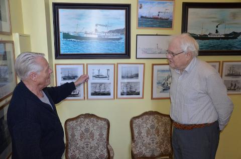 SKRIV HISTORIE: Johannes Østvoll frå høgre er ein viktig bidragsytar når historikar Ernst Lapin skriv historia om sjøfarten i Sandnes.