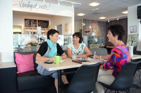 INITIATIV: Kurset arrangeres av Solveig Torp (t.v.), Evy–Ann Helle og Edel Irene Aase. De engasjerte kvinnene bestemte seg for å gjøre noe med behovet mange pårørende av kreftrammede har for å møte likesinnede.