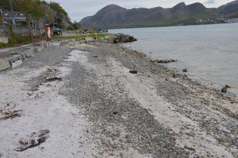 INGEN GREP: Det blir ingen sandstrand i Luravika i fremtiden. Kommunen har nå skrinlagt videre planer om å få dette til.