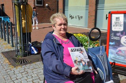 VANSKELIG: Elin Lende (57) har solgt gatemagasinet Asfalt i Sandnes helt siden oppstarten i 2009. Nå merker hun at det har blitt tyngre å selge magasinet.