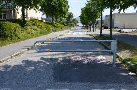STENGT: Stengningen av Solaveien ved Stangeland skole har ført til at mange beboere nå må kjøre lengre for å komme seg ut på motorveien eller til Smeaheia. Nå er det satt igang en underskriftskampanje for å få på plass en ny snarvei.