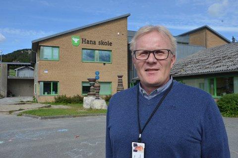 Rektor Atle Sømme ved Hana skole forteller at de jobber tett for å unngå at smitte sprer seg på skolen.