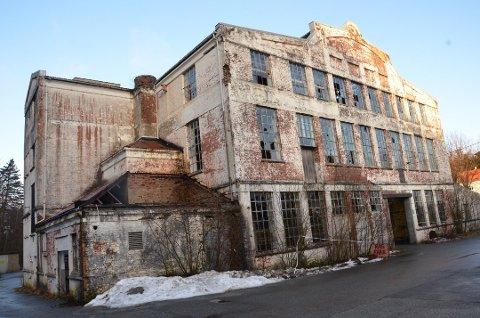 SOLGT: Den gamle Bikinifabrikken på Figgjo har stått tom siden 1981. Nå har den igjen fått nye eiere.