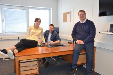 AVTALE: Ledelsen hos Elda bakeri gleder seg over at man nå har inngått en gullkantet avtale med Nores SA. Fra venstre: Charlotte Hansen, Thorbjørn Hansen og Mattias Skoglund.