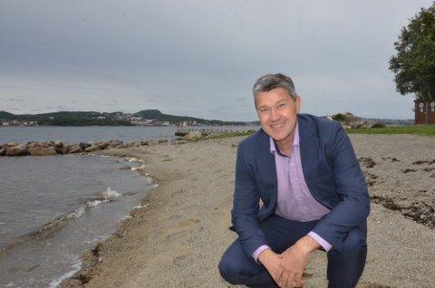 TA GREP: Ap politiker Arne Oftedal har lenge stått på politisk for å få rustet opp badestranden i Holmavika. Nå vil han kjempe hardt for å få på plass flere p-plasser i området.