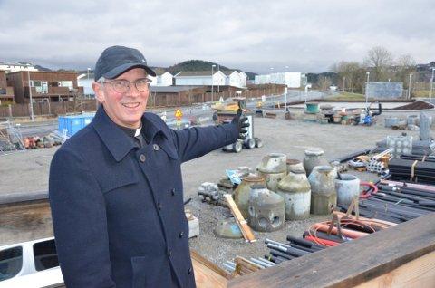 PENSJONIST: Prost Ludvig Bjerkreim i Sandnes går av med pensjon i 2021. Nå er etterfølgeren klar. He rer Bjerkreim foran tomten for den nye kirken på Sørbø-Hove.