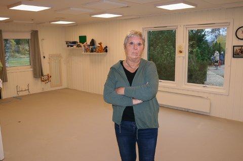 TOMME GULV: Barnehagestyrer Karin B. Olsen synes oppussingen i Sarpsborgmarka tar lang tid, og lurer på hvorfor barnehagen ikke har fått anlagt varmekabler i gulvene på de tre oppholdsrommene tidligere.