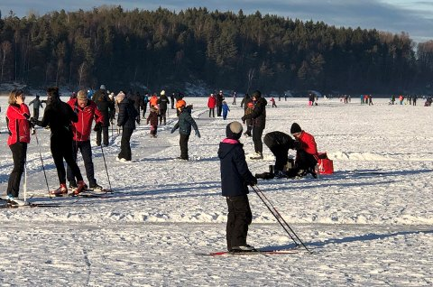 YRENDE FOLKELIV: Sist helg var det et yrende folkeliv på Tunevannet. Folk strømmet til for å gå på både skøyter og ski.