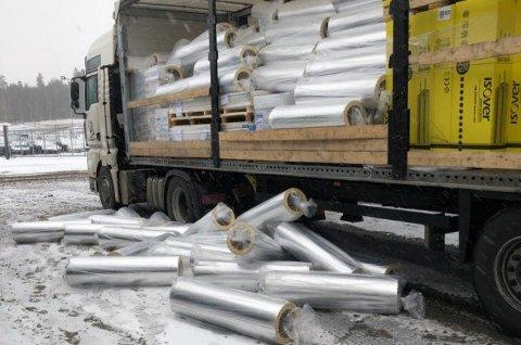 Deler av lasten på de rumenske vogntoget raste ut da Statens vegvesens kontrollører skulle sjekke lasten mandag.