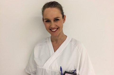 BARNESYKEPLEIER: Cathrine Iversen er barnesykepleier i Sykehuset Østfold. Nå ber hun alle foreldre til spedbarn holde seg unna store folkemengder.