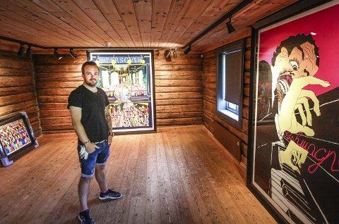 Stort: Flere nye trykk vises under Pushwagner-utstillingen lørdag. Noen av dem er så store at de har fått gulvplass, i tillegg til at man har måttet skjære ut plass i taket. Bak Simen Dørje, ser du det klassiske Parsons-bildet, fra Pushwagners London-periode på 70-tallet, nå ute i nytt stort format.Alle Foto: Lars Weberg