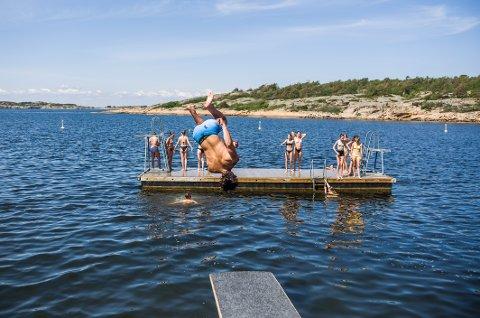 SOMMERVÆR: Denne uken er det bare å hoppe i havet. Det blir nemlig varmt og godt hele uken.