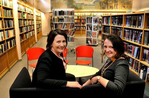 Satses: Utvalgsleder for kultur og oppvekst i Sarpsborg kommune, Therese Thorbjørnsen (til venstre), her med biblioteksjef Anette Kure, har stor tro på framtiden til Litteraturuka, som fra 2023 skal legges under bibliotekets ledelse. Torill Stokkan er leder for Litteraturuka.