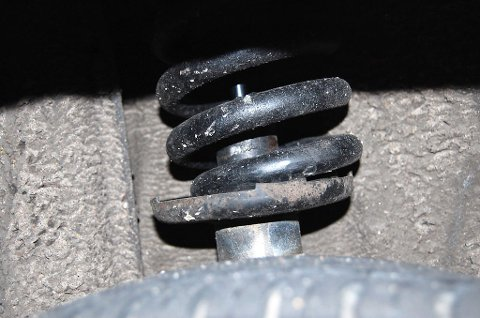 Amatørombygging av bilene kan være en gummikloss, bjelke eller plankebit plassert i fjærene, mens profesjonelle aktører bruker lufttrykksordninger som stiver opp fjæringene.