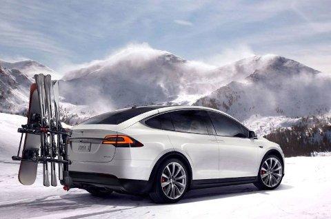 Det var mange som var spente på hvordan Tesla ville løse utfordringen rundt det å få med seg ski i Model X, siden den har vippedører som gjør det umulig å bruke tradisjonelt takstativ. Her er løsningen de valgte.