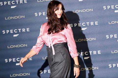 Fresk Bond-jente: Monica Bellucci avfotografert foran verdenspremieren på den nye James Bond-filmen i London.