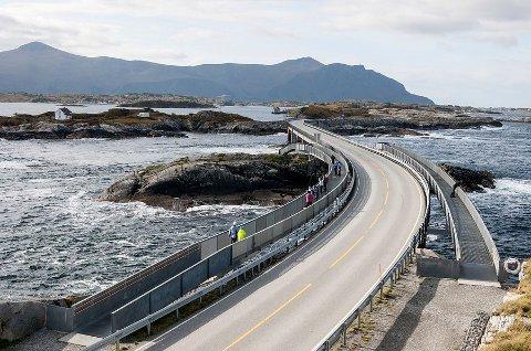 *** Local Caption *** 28 prosent av ferierende nordmenn skal i sommer på biltur her hjemme. Dette vil gi økt trafikk på Atlanterhavsvegen og andre nasjonale turistveger.