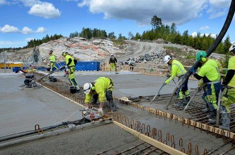 MER PENGER: Strekningen Retvet-Knapstad på E18 bevilges penger i statsbudsjettet. Her støpes Skaug bru i Hobøl. ARKIV