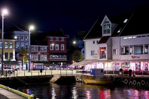 Restauranter, barer, kafeer og hoteller oppfordres til å holde ett minutts stilhet klokken 21.00 tirsdag kveld.