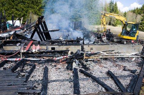 LETER: Tirsdag ble blant annet en gravemaskin brukt for å gå igjennom brannrestene, uten hell.