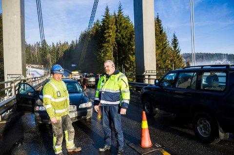 Tom Haaland, driftsleder i Skilt og vedlikehold, og betongarbeider Helge Skogli på Vammabrua forteller om mye skummel bilkjøring på