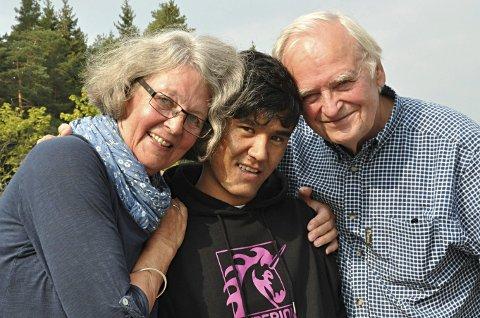 Nært vennskap: Kari Thoresen (75) og Ragnar Næss (79) er blitt godt kjent med flyktningene Mustafa (16, bildet) og Habibullah. Sistnevnte er blitt flyttet til mottaket i Sarpsborg, mens Mustafa fortsatt er på Nybøle. Foto: Sigurd Øfsti