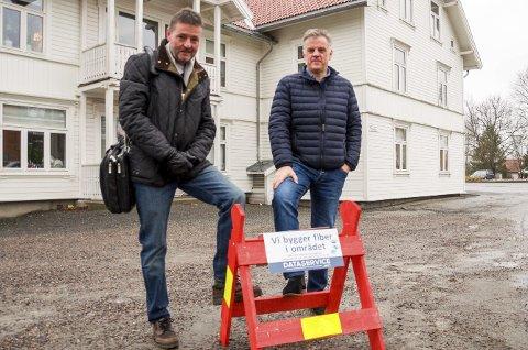BYGGER UT: «Vi bygger fiber i området» står det på denne plakaten til Ole Harald Førisdal (t.v.) i Dataservice AS. Kommunalsjef i Marker kommune, Vidar Østenby, heier utbyggingen fram.