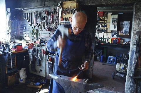 Mester med hammer: Hans Berg er god venn med hammeren, og yrket lærte han av sin far.