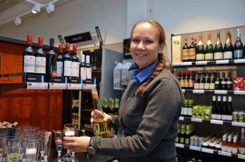 Gunhild Glosli bød på sprudlevann til kundene. Alkoholfritt.