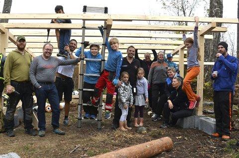 FORNØYD: – Dugnaden går strålende og den nye gapahuken står snart ferdig, sier FAU-leder Thomas Andresen på Rom skole (nr. to f.v.) sammen med gjengen som bidro lørdag.