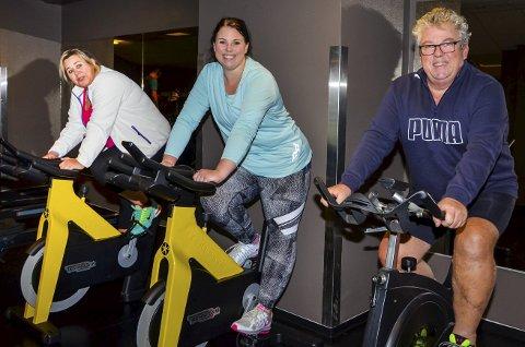 TRIVES SAMMEN: – Det er så mye lettere å komme seg ut av sofaen og trener når man er flere sammen, sier Rolf Rennesvik (59), som trener jevnlig med datteren Silje (32) og kona Edel (54) på Family Sports Club i Askim.