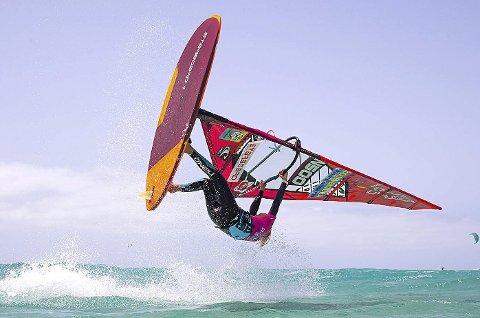 SVEVDE HØYT: Det blir høye hopp og spektakulært når Oda Johanne Stokstad Brødholt konkurrerer i windsurfing.