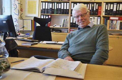 Nå også forfatter: Hans Jakobsen er et kjent ansikt i bybildet etter å ha vært ordfører og lektor i mange år. Hans ønsker kontakt med tidligere elever og lærere ved skolen. Så har du noe på hjertet, ta en telefon. Boken kommer en gang neste år.