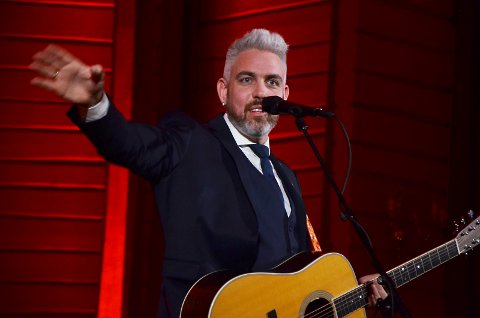 Trygve Skaug skal synge og spille for hele Ørje lørdag – med Nordre fort som scene. Her er han på fjorårets julekonsert i Hærland kirke. ARKIV