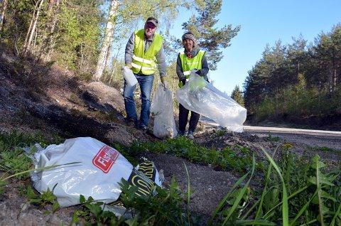 Asbjørn Ness og Unni Bogø iferd med å plukke søppel.