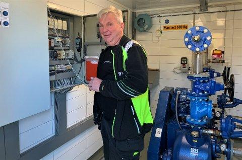 BINGO: Driftsoperatør Tommy Lund resetter pumpestasjonen på Ihlen i Askim. – Etter et strømbrudd får vi det veldig hektisk, spesielt hvis det skjer sånn tidlig på morningen. Det hadde vært noe helt annet om det skjedde mellom klokka ni og elleve, sier han.