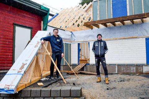Øyvind Ruud (t.h.) i Ørje ILs fotballgruppe er godt fornøyd med at det nye idrettshuset nå reiser seg, med Stian Sandli som bas.