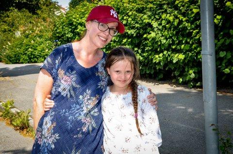 MERKELIG: Linda Øye (42) og datteren Leanda Øye Seime (8) lurte på hva årsaken til at gaten var fylt med døde humler.