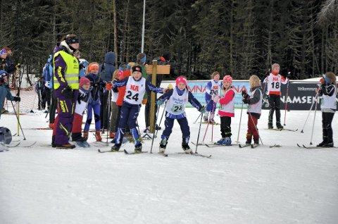 2019: Olise Solbakken Overland veksler med Tiril Larssen i jenter 8-10-klassen under fjorårets Snåsastafetten på Bjørgan.
