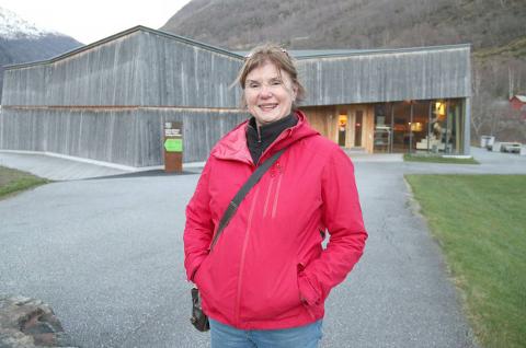 OPTIMIST: Tanna Gjeraker, dagleg leiar for Bordung stavkyrkje i Lærdal, ser positivt på sesongen trass alt og håpar nordmenn vil nytta høvet til å oppleva heimlandet på ein ny måte i ferien.