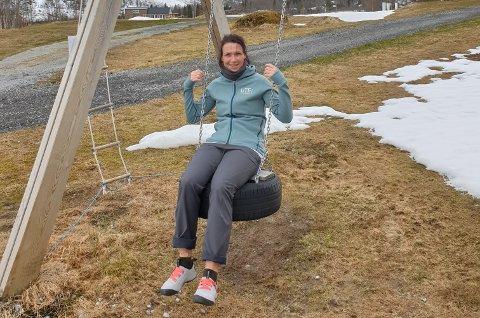 MÅ TENKJA ALTERNATIVT: Uteplassen Sogndal Hytter og Camping satsar på norske turistar i årets sommarsesong. Difor har dagleg leiar Melanie Hetkamp-Andersen lagt nokre alternative planar.